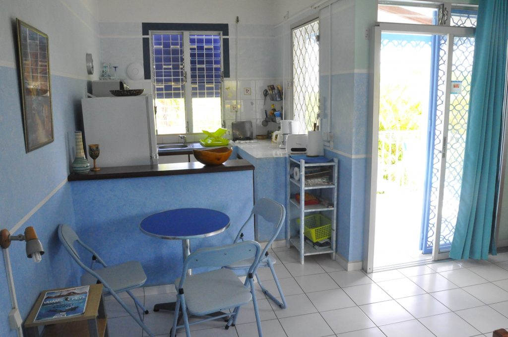 studio-bleu-coin-repas-cuisine